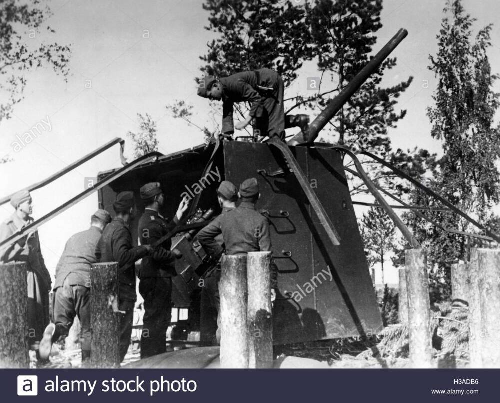 German soldiers with a conquered gun on the island of Saaremaa, 1941.jpg