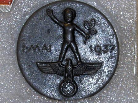 Vācu fašistu nozīmīte - pliks puika